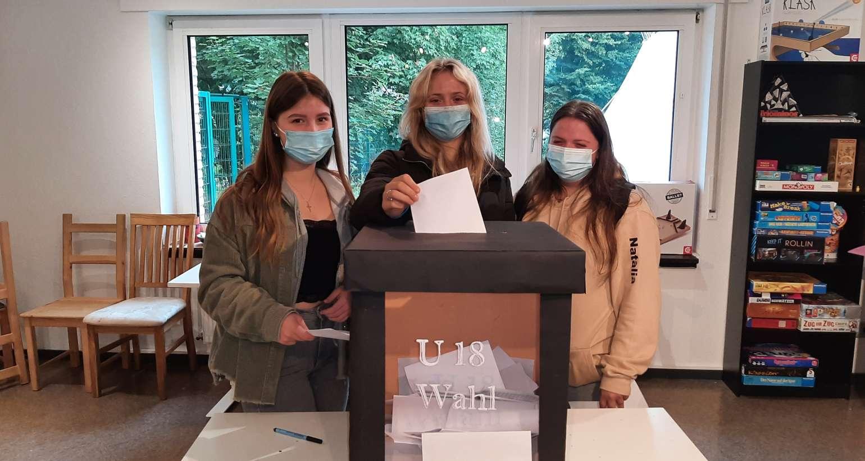 Schülerinnen und Schüler der Gesamtschule Wenden nehmen an U18 Wahlen teil